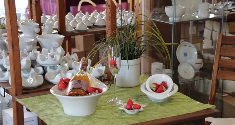 Erdbeeren ansprechend serviert in weißem Porzellan!