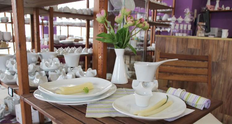 Spargel ansprechend serviert auf weißem Porzellan!