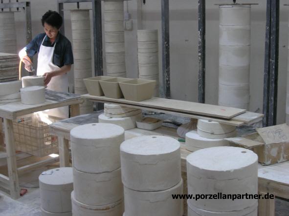 Druckluft trennt Porzellanmasse von ihrer Form