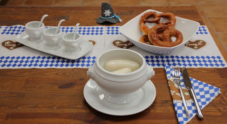 Bayerische Schmankerl ansprechend serviert in weißem Porzellan!