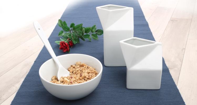 Müsli & Cornflakes ansprechend serviert in weißem Porzellan!
