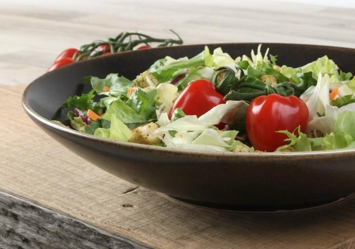 Salat ansprechend serviert in weißem Porzellan!