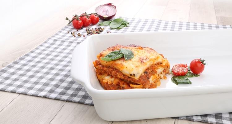Lasagne in der eckigen Lasagneform Easy von Holst Porzellan servieren