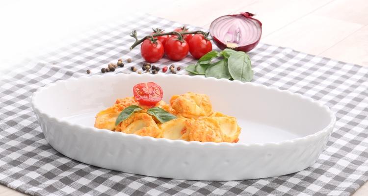 Auflauf in der weißen Auflaufform Toscana von Holst Porzellan servieren