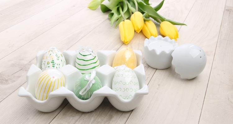 Eierträger in Pappkarton Optik aus weißem Porzellan.
