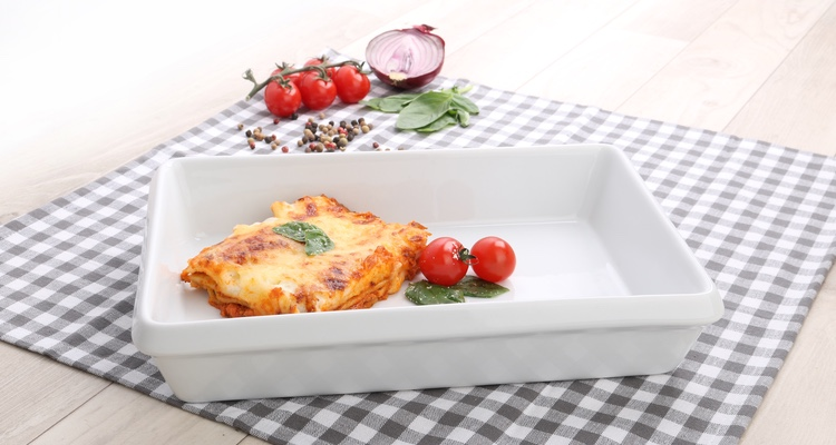 Lasagne in der eckigen Lasagneform Gutshof von Holst Porzellan servieren