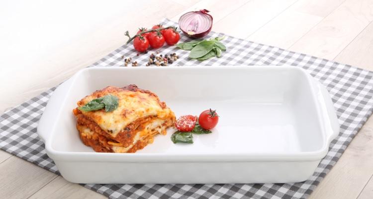 Lasagne in der eckigen Auflaufform Easy von Holst Porzellan servieren