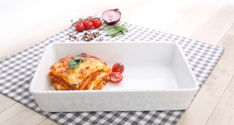 Lasagne in der eckigen Lasagneform Toscana von Holst Porzellan servieren
